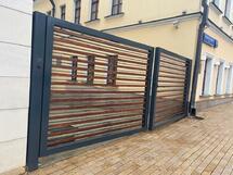 Ворота распашные с деревянными вставками въездные по индивидуальному заказу